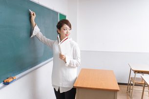 授業をする女性教師の写真素材 [FYI04703002]