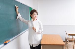 授業をする女性教師の写真素材 [FYI04703005]