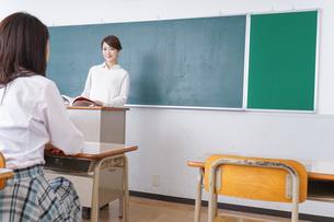 学校で授業をする教師の写真素材 [FYI04703042]
