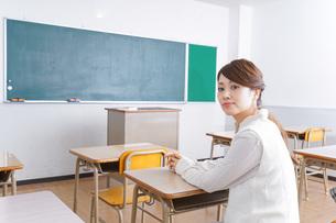 教室に座る学生の写真素材 [FYI04703049]