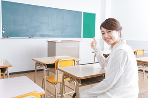 教室で指を指す学生の写真素材 [FYI04703055]