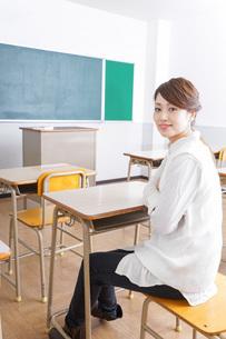 教室に座る学生の写真素材 [FYI04703058]