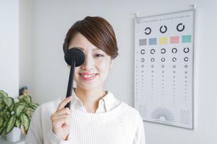 視力検査をする女性の写真素材 [FYI04703076]