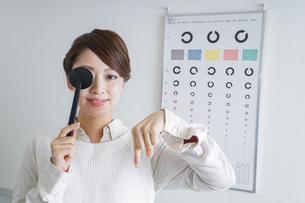 視力検査をする女性の写真素材 [FYI04703083]