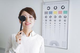 視力検査をする女性の写真素材 [FYI04703084]