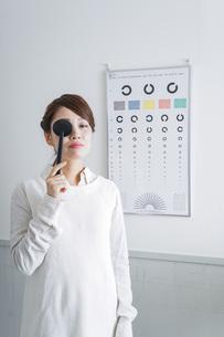 視力検査をする女性の写真素材 [FYI04703085]