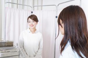 患者と看護師の写真素材 [FYI04703089]