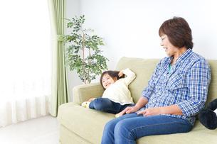 おばあちゃんと遊ぶ子どもの写真素材 [FYI04703165]