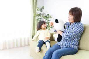 おばあちゃんと遊ぶ子どもの写真素材 [FYI04703178]