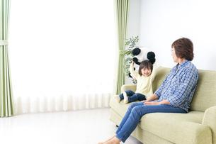 おばあちゃんと遊ぶ子どもの写真素材 [FYI04703188]