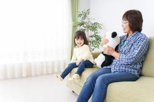 おばあちゃんと遊ぶ小さな子供の写真素材 [FYI04703189]