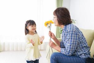 おばあちゃんと遊ぶ小さな子供の写真素材 [FYI04703227]