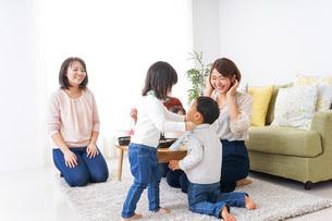 お母さんと子供たちの写真素材 [FYI04703284]