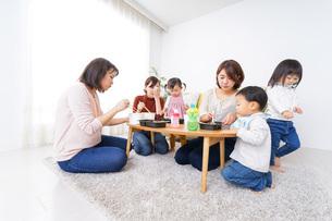 お母さんと子供たちの写真素材 [FYI04703294]