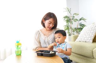 子どもにごはんを食べさせる母親の写真素材 [FYI04703307]