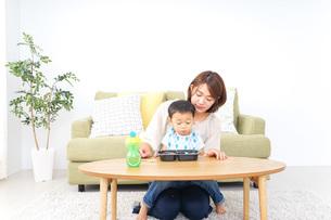 子どもにごはんを食べさせる母親の写真素材 [FYI04703309]