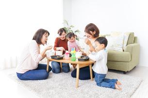 ランチパーティーをするママ友と子供の写真素材 [FYI04703334]