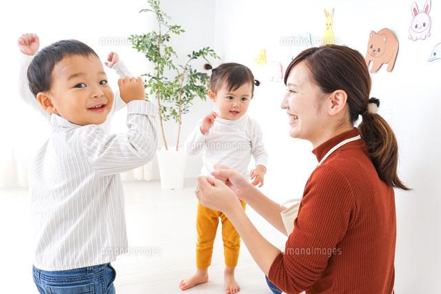 こども園・保育園・幼稚園で遊ぶ子供と先生の写真素材 [FYI04703346]