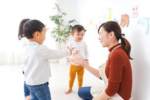 こども園・保育園・幼稚園で遊ぶ子供と先生の写真素材 [FYI04703347]