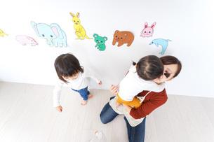 こども園・保育園・幼稚園で遊ぶ子供と先生の写真素材 [FYI04703350]