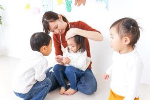 こども園・保育園・幼稚園で遊ぶ子供と先生の写真素材 [FYI04703361]