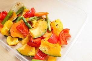 カラフルな野菜料理の写真素材 [FYI04703416]