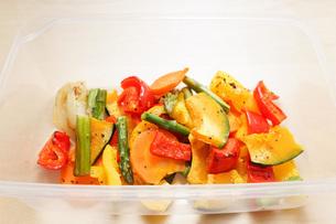 カラフルな野菜料理の写真素材 [FYI04703417]
