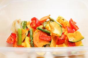 カラフルな野菜料理の写真素材 [FYI04703418]