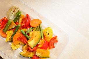 カラフルな野菜料理の写真素材 [FYI04703419]