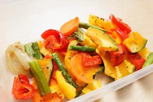 カラフルな野菜料理の写真素材 [FYI04703420]