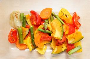 カラフルな野菜料理の写真素材 [FYI04703421]