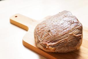 牛肉のかたまり肉の写真素材 [FYI04703490]