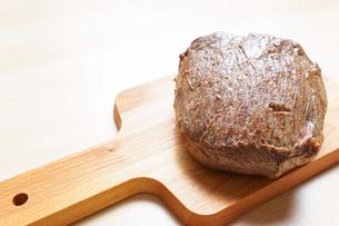 牛肉のかたまり肉の写真素材 [FYI04703491]