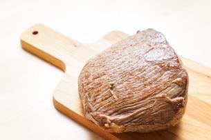 牛肉のかたまり肉の写真素材 [FYI04703495]