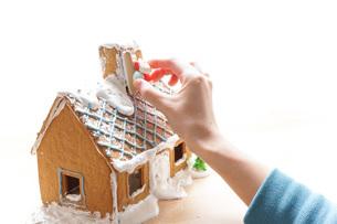 お菓子の家づくりの写真素材 [FYI04703498]