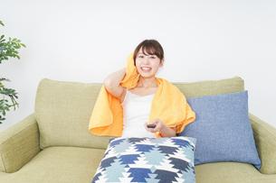 自宅でテレビを見る女性の写真素材 [FYI04703750]