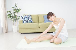 部屋でストレッチをする女性の写真素材 [FYI04703763]