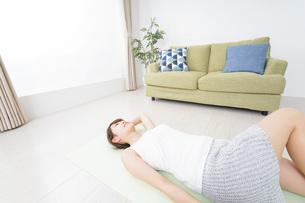 自宅でヨガをする女性の写真素材 [FYI04703766]