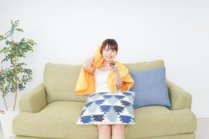 自宅でテレビを見る女性の写真素材 [FYI04703767]