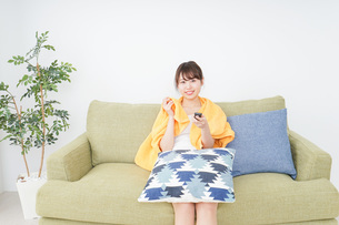 自宅でテレビを見る女性の写真素材 [FYI04703769]