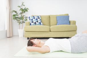 自宅でヨガをする女性の写真素材 [FYI04703772]