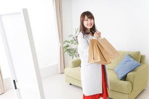 ショッピングから帰ってきた女性の写真素材 [FYI04703807]
