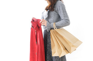 服を買う女性の写真素材 [FYI04703815]