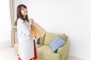 ショッピングから帰ってきた女性の写真素材 [FYI04703816]