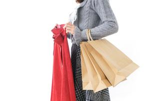 服を買う女性の写真素材 [FYI04703819]
