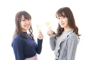 お酒を飲む若い女性の写真素材 [FYI04703846]