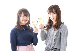 お酒を飲む若い女性の写真素材 [FYI04703855]
