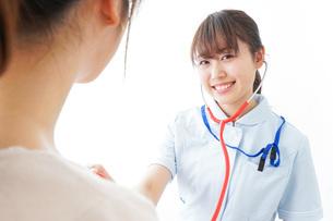 病気の治療をする女性の写真素材 [FYI04703873]