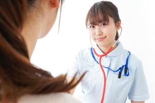 病気の治療をする女性の写真素材 [FYI04703877]
