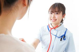 病気の治療をする女性の写真素材 [FYI04703878]
